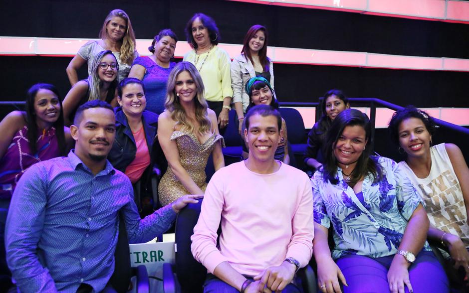 Fernanda Lima posa com plateia