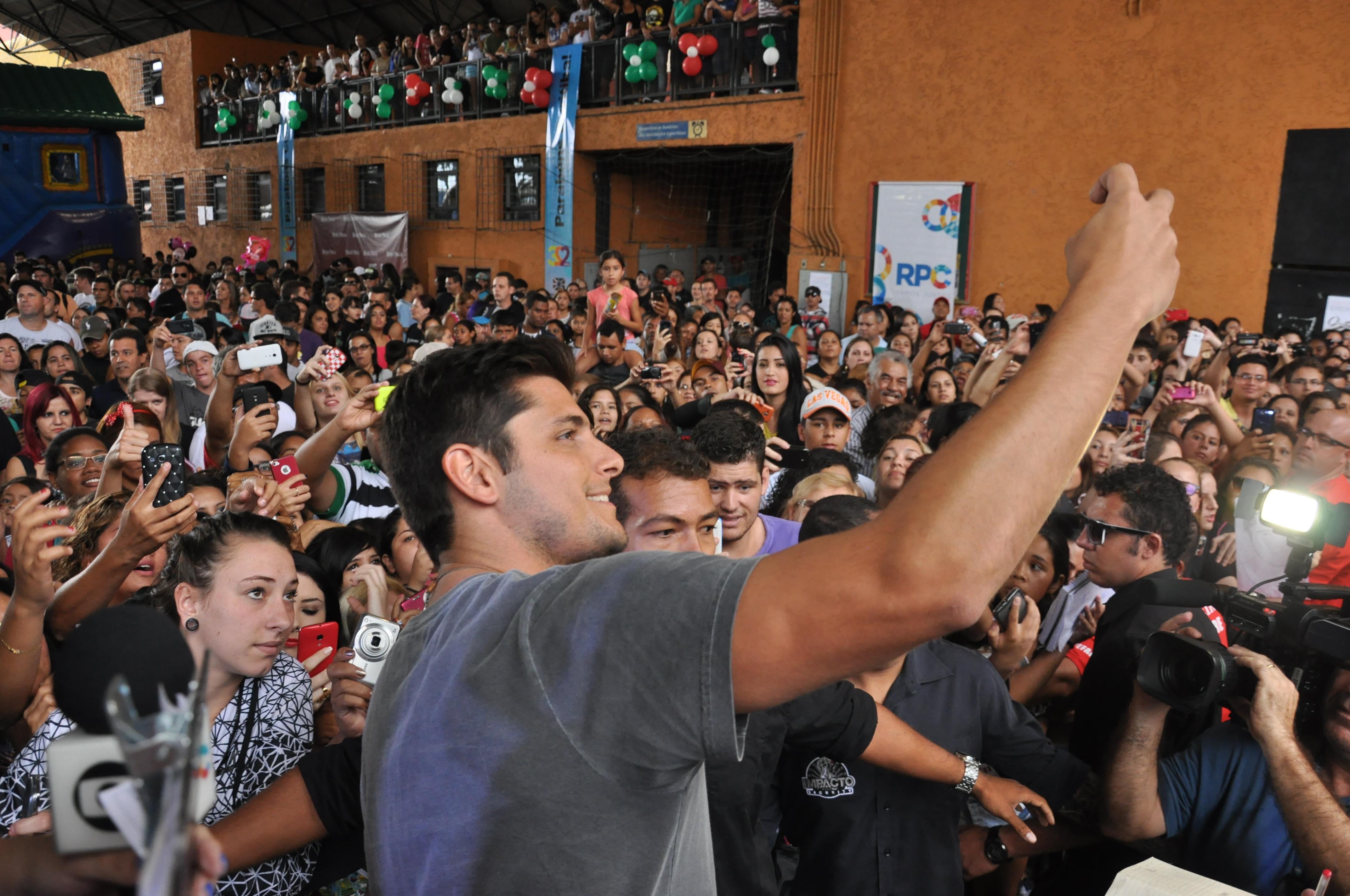 Curitiba recebeu o ator Bruno Gissoni na festa de lançamento de Babilônia