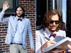 Ashton Kutcher usa gravata borboleta colorida para ir a programa de TV