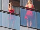 Carolina Dieckmann faz gesto obsceno e paga calcinha durante gravação