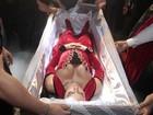 Gracyanne Barbosa usa transporte funerário para chegar em festa
