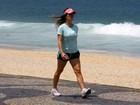 Após gravidez, Fernanda Pontes caminha na praia para voltar a forma