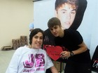 Justin Bieber recebe fã cadeirante em seu camarim