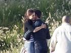 Tom Cruise ganha abraço 'morno' de Katie Holmes em set de gravação