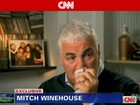 Pai de Amy Winehouse diz a revista que ainda manda torpedos à filha