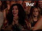 Cher cumpre promessa e prestigia o filho Chaz em programa de dança