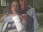 Carolina Ferraz posa com Rodrigo Lombardi e diz: 'Banana para vocês!'