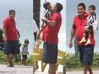 Zeca Pagodinho passeia com seu netinho em praia carioca