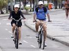 Cássia Kiss passeia de bicicleta com o marido no Rio de Janeiro