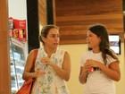 De sandália rasteira e cabelo preso, Cissa Guimarães passeia em shopping