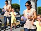 Jennifer Garner exibe barriga de gravidez em passeio com a filha