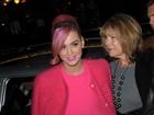 Katy Perry vai ao teatro de rosa da cabeça aos pés