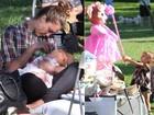 Jessica Alba dá mamadeira para a filha durante passeio no parque