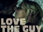 Britney posta foto beijando namorado em clipe e se declara