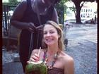 Luana Piovani faz tererê no cabelo em Salvador
