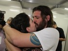 Dado Dolabella ganha beijo da namorada após estreia de peça