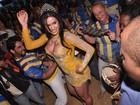 Gracyanne Barbosa visita escola mas não samba com ritmistas
