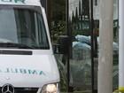Gilberto Braga chega em casa de ambulância após operação