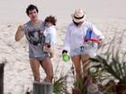 Daniel de Oliveira e Vanessa Giácomo levam filho à praia no Rio