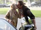 Novo namorado? Sharon Stone troca beijos em passeio
