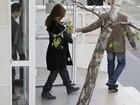 Veja Carla Bruni deixando a maternidade com Giulia no colo
