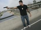 Com arma na mão, Alexandre Frota roda cenas de filme de ação em SP