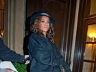 Rihanna usa look de gosto duvidoso após show na França