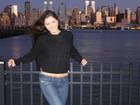 Nana Gouvêa posa em sua nova cidade,  Nova York. Toda vestida