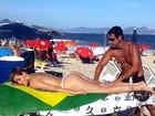 Eneida Diniz faz topless para receber massagem em praia do Rio