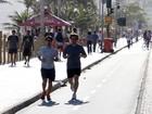 Entrando em forma: Felipe Dylon corre na praia