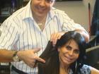 Cabeleireiro testa apliques no cabelo de Gretchen para show nos EUA