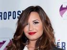 Demi Lovato coloca piercing no nariz