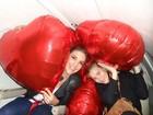 Carolina Dieckmann posa com Ivete Sangalo cercada de balões de gás