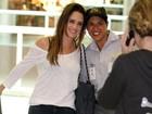 Fernanda Vasconcellos posa até com segurança do aeroporto
