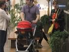 Dani Valente leva a filha Valentina para passeio em shopping