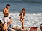 Com o filho e o namorado, Mariah Rocha curte a praia em dia família