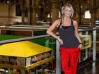 Karina Bacchi faz campanha contra o câncer no Mercado Municipal de SP