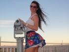Márcia Spézia, coelhinha da 'Playboy', deixa vento levantar sua saia nos EUA