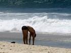 Eduardo Moscovis se alonga em dia de praia e calor no Rio