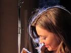 Miranda Kerr leva cachorrinho a set de ensaio para grife de lingerie