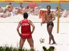 Ronaldinho Gaúcho joga futevôlei com amigos no Rio