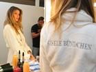 Gisele Bündchen aparece linda de roupão em bastidor de campanha
