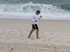 Para manter a forma, Thiago Lacerda corre na praia da Barra da Tijuca