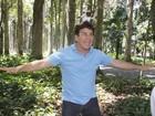 Empolgado, Marcos Frota 'brinca' com o macaquinho Muriqui