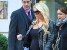 Jessica Simpson desfila barriguinha saliente em Nova York