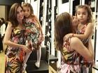 Tania Khalill e a filha usam vestidos com a mesma estampa