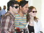 Fernanda Rodrigues e Raoni Carneiro atendem fã em aeroporto