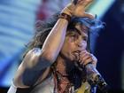 Após acidente, Steven Tyler exibe olho roxo em show no Paraguai