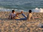 Luiza Brunet brinca com o filho em dia de praia