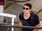 De óculos escuros, Cauã Reymond circula em aeroporto no Rio